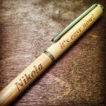 Grawerowanie laserowe na długopisie ekologicznym z drewna sosnowego