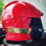 Wykonanie dopasowanej tabliczki z laminatu grawerskiego wklejonego na kask strażaki